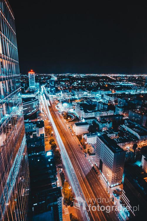 Nocne ujęcie Warszawy, z perspektywy jednego z jej wieżowców