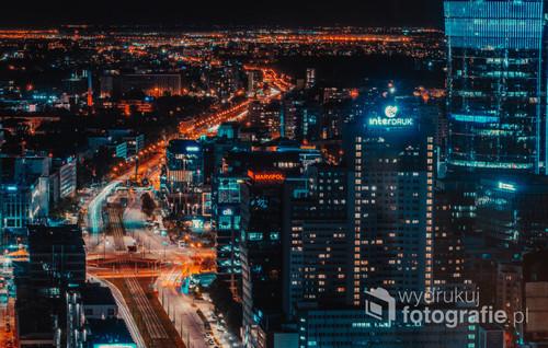 Nocne ujęcie Warszawy. Miasto tętniące życiem za równo za dnia jak i w nocy.