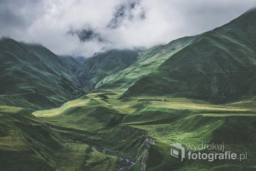 Dramatyczny krajobraz przepięknej Gruzińskiej Drogi Wojennej - po drodze do Kazbegi, Kaukaz.