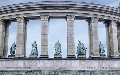 Zdjęcie przedstawia Plac Bohaterów w Budapeszcie w zimowej aurze.