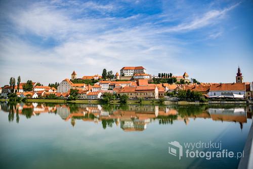 Ptuj jest niezwykle urokliwym miasteczkiem w Słowenii. W piękny dzień z mostu, którym przechodzi się do Starego Miasta, można zobaczyć właśnie takie widoki.