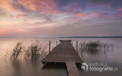 Wrześniowy wschód słońca na mierzei pomiędzy Jeziorem Bukowo a Morzem Bałtyckim w osadzie Dąbkowice.