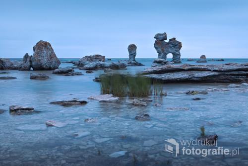 Zdjęcie przedstawia skałę symbol wyjątkowego wybrzeża magicznej wyspy Farö. Obfituje ono w raukary, o niespotykanych kształtach, wyrzeźbione przez fale morskie. Wyspa ukochana przez Ingmara Bergmana i wielu miłośników jego filmów. Wybrana przez reżysera, ze względu na swoje walory krajobrazowe i klimatyczne, do licznych plenerów filmowych.  Jego samotnia i miejsce ostatniego spoczynku.