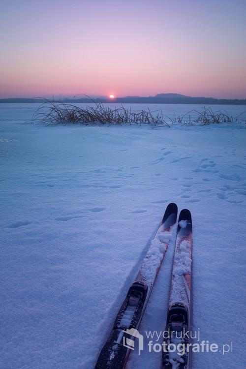 Fotografia wykonana podczas mroźnego (-20° C) narciarskiego spaceru po zamarzniętym Zalewie Świerklanieckim w Ossach.  Zima, mróz, śnieg, narty, cisza i samotność, przestrzeń i kontakt z naturą oraz  oczywiście fotografia - moja pasja. Serdecznie polecam autorka :)
