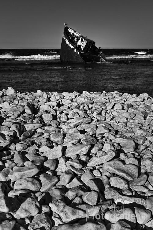 Zdjęcie wykonałam w czasie rowerowych wakacji na Gotlandii.  Przedstawia wrak niemieckiego transportowca Fortuna, który zatonął na północnym wybrzeżu wyspy Faro w 1969 r. Norsholmen jest ostoją lęgową ptaków i w okresie od połowy marca do połowy lipca obowiązuje tam zakaz wstępu. Jest to obszar Natura 2000. Polecam to oryginalne i nastrojowe miejsce.