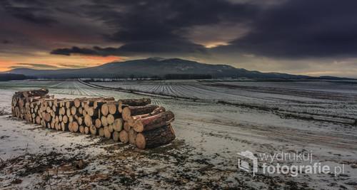 Długo wyczekiwany wschód słońca zza Ślęży. W miejscu z którego zdjęcie zostało zrobione tylko w okresie zimowym możemy obserwować wschód słońca bezpośrednio zza góry.