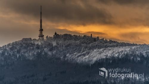 Zbliżenie na szczyt Ślęży w czasie efektownego wschodu słońca