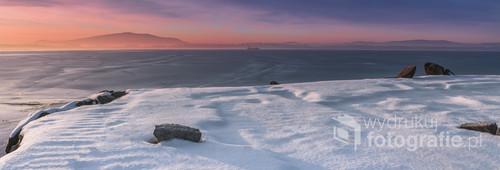 Wschód słońca na tle góry Ślęży, Wielkiej Sowy i zamarzniętego zalewu Mietkowskiego