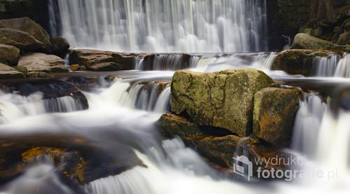 Fotografia przedstawia dziki wodospad w Karpaczu i jednocześnie pokazuje że nawet ludzkimi rękoma można zrobić coś pięknego w naturze.