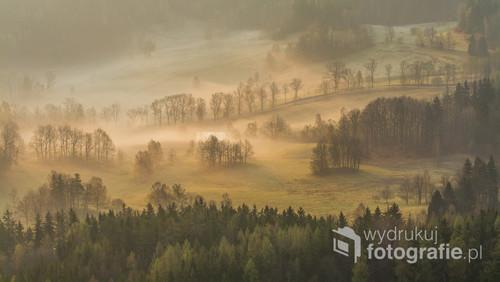 Mglisty poranek w czasie wschodu słońca obserwowany z Sokolika w Rudawach Janowickich.