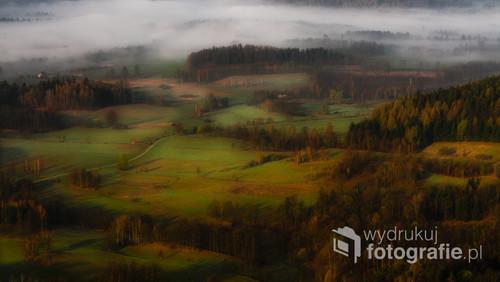 Baśniowe zdjęcie przedstawiające zamglone pola o poranku w Rudawskim Parku Krajobrazowym obserwowane z Krzyżnej góry.