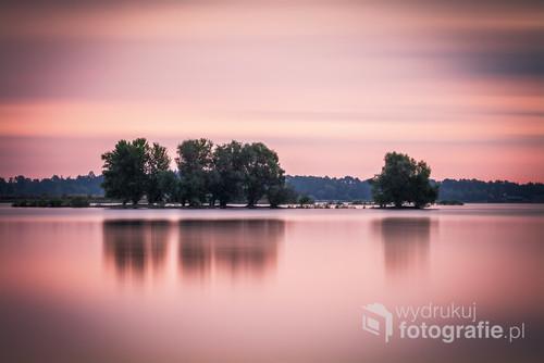Zdjęcie naświetlane przez 368 sekund co pozwoliło na całkowite rozmycie chmur podczas bezwietrznej pogody. Są to drzewa znajdujące się na jeziorze Mietkowskim, największym jeziorze na dolnym śląsku.