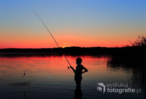 Chłopiec przy nocnym wędkowaniu,jezioro Jasień na Kaszubach