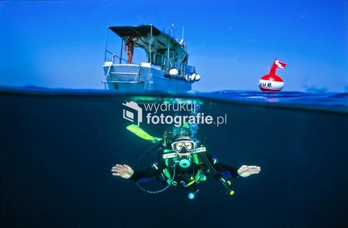 Okolice wyspy Murter, Chorwacja, Adriatyk. Nurek szykuje się do zejścia na głębokość 45 metrów, gdzie leży kotwica nieznanego wraku
