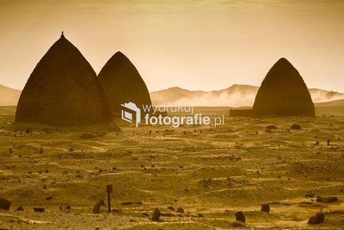 Gubby czyli grobowce szejchów, świętych mężów Islamu, w okolicy Dongoli, dawnej stolicy państwa Makurii. Nubia, północny Sudan. Zdjęcie pochodzi z wystawy