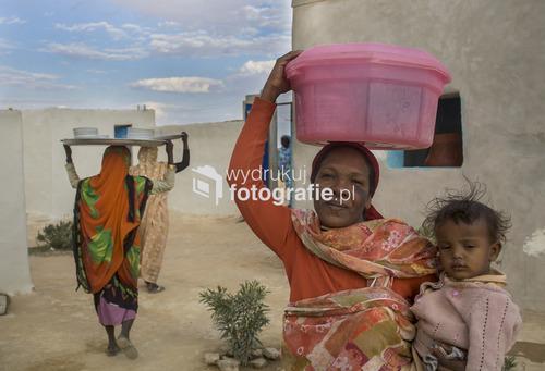 Kobiety sprzątają naczynia rankiem po weselu w miejscowości Banganarti, Nubia, północny Sudan