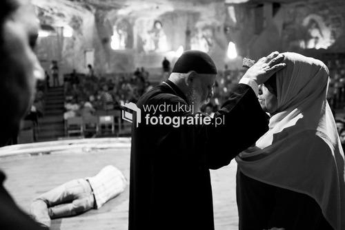 Koptyjski egzorcysta Ojciec Samaen w trakcie ceremonii wypędzania szatana odprawianej w kościele wykutym w skale Mokattam w Kairze, Egipt.