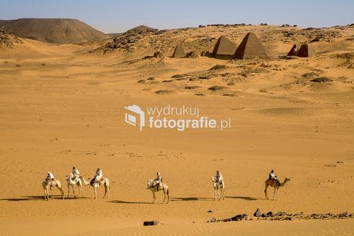 Pustynni jeźdźcy w drodze przez Meroe, stolicę dawnego królestwa na terenie dzisiejszego Sudanu