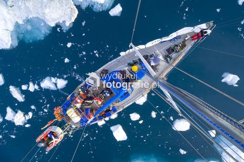 Podczas przejścia przez pole gór lodowych mniejsze i większe kawałki uderzające w burty jachtu