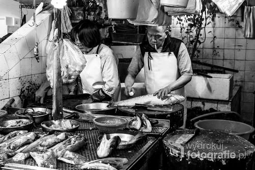 Hong Kong, 05.02.2016. Małżeństwo prowadzące stragan rybny na targowisku mięsa i ryb w dzielnicy Wan Chai w Hong Kongu.