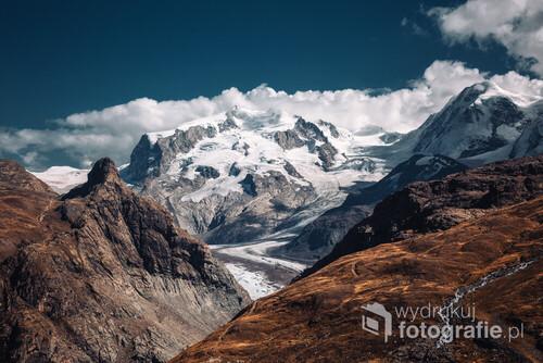 Masyw w Alpach Pennińskich z najwyższym szczytem Szwajcarii - Dufourspitze. Zdjęcie wykonanie z okolic jeziora Schwarzsee.