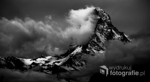 To jedna z najczęściej fotografowanych gór na świecie. Zdjęcie wykonane z dużej odległości. Tego dnia szczyt widoczny był tylko przez krótką chwile.