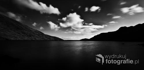Fotografia sztucznego zbiornika wodnego w Szkockich górach.