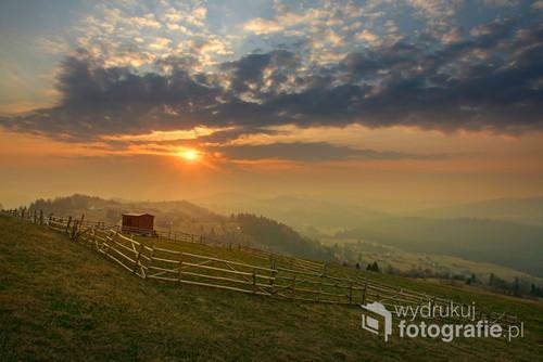 Fotografia została wykonana w Koniakowie na Ochodzitej podczas wschodu słońca.