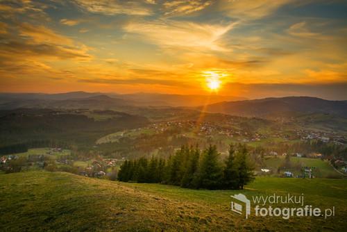 Fotografia została wykonana w Koniakowie na Ochodzitej podczas zachodu słońca. Polski krajobraz wzorowany na widokach z Toskanii.