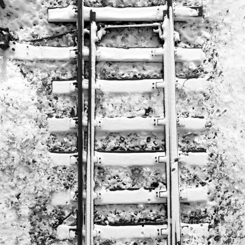 Tor kolejowy zimową porą. Abstrakcja.