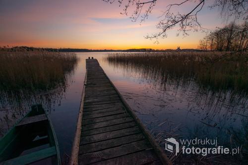 Fotografia została wykonana w miejscowości Cimochowizna na Suwalszczyźnie. Uchwycony widok na jezioro Wigry tuż przed wschodem słońca. Maj 2020