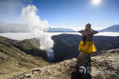 Na szczycie dymiącego wulkanu Bromo (Jawa, Indonezja), wczesny ranek.