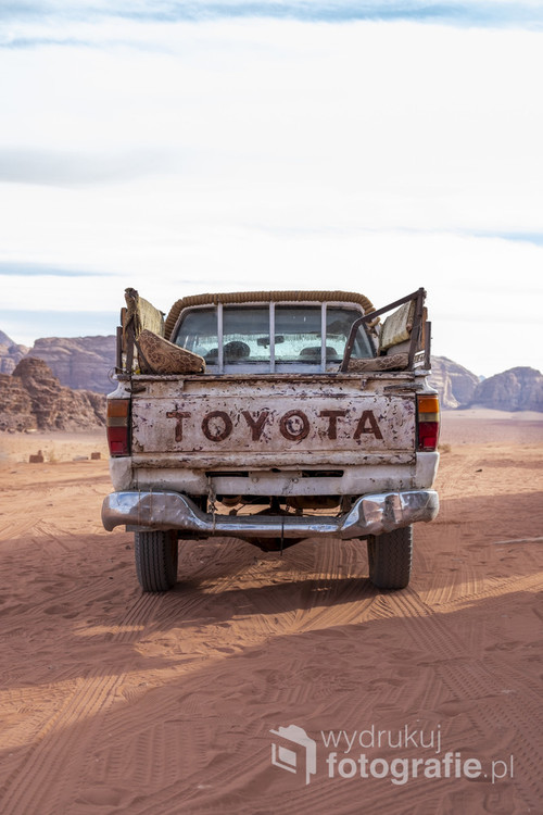 Auto terenowe na czerwonej pustyni Wadi Rum w Jordanii. Listopad 2019.