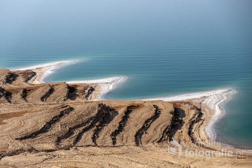 Widok z góry na Morze Martwe i zasolony brzeg. Jordania, listopad 2019