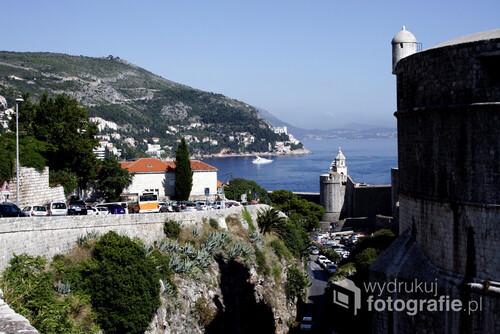 Widok ma miejskie mury oraz zatokę portową w  Dubrowniku, Chorwacja.