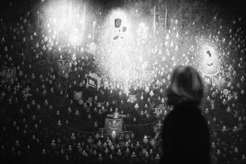 Jasna Góra, Częstochowa, Polska, 2014, I miejsce w kategorii reportaż w Wielkim Konkursie Fotograficznym National Geographic Polska 2016.  Klasztor na Jasnej Górze jest jednym z największych na świecie miejscem Kultu Maryjnego. Od setek lat jest popularnym miejscem pielgrzymowania. Rocznie przybywa tu prawie 4 mln pielgrzymów z 74 krajów. Popularną formą pielgrzymowania są pielgrzymki piesze. Tradycja ta sięga średniowiecza. Największym skarbem klasztoru jest słynący wieloma cudami, owiany tajemnicą obraz Matki Bożej. Miejsce to jest przez wielu uważane za duchową stolicę Polski.  Zdjęcie nagrodzone w konkursach:  WKF National Geographic Polska 2016, Grand Press Photo 2016,