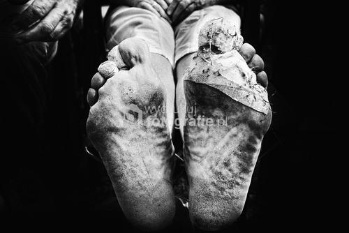 Jasna Góra, Częstochowa, Polska, 2015, I miejsce w kategorii reportaż w Wielkim Konkursie Fotograficznym National Geographic Polska 2016.  Klasztor na Jasnej Górze jest jednym z największych na świecie miejscem Kultu Maryjnego. Od setek lat jest popularnym miejscem pielgrzymowania. Rocznie przybywa tu prawie 4 mln pielgrzymów z 74 krajów. Popularną formą pielgrzymowania są pielgrzymki piesze. Tradycja ta sięga średniowiecza. Największym skarbem klasztoru jest słynący wieloma cudami, owiany tajemnicą obraz Matki Bożej. Miejsce to jest przez wielu uważane za duchową stolicę Polski.  Zdjęcie nagrodzone w konkursach:  WKF National Geographic Polska 2016, Grand Press Photo 2016,