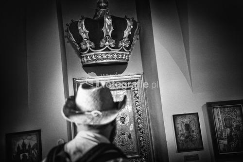 Jasna Góra, Częstochowa, Polska, 2015, I miejsce w kategorii reportaż w Wielkim Konkursie Fotograficznym National Geographic Polska 2016.   Klasztor na Jasnej Górze jest jednym z największych na świecie miejscem Kultu Maryjnego. Od setek lat jest popularnym miejscem pielgrzymowania. Rocznie przybywa tu prawie 4 mln pielgrzymów z 74 krajów. Popularną formą pielgrzymowania są pielgrzymki piesze. Tradycja ta sięga średniowiecza. Największym skarbem klasztoru jest słynący wieloma cudami, owiany tajemnicą obraz Matki Bożej. Miejsce to jest przez wielu uważane za duchową stolicę Polski.  Zdjęcie nagrodzone w konkursach:  WKF National Geographic Polska 2016, SIPA 2016,  Grand Press Photo 2016,