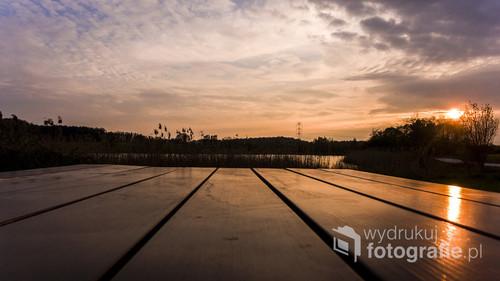 Fotografia przedstawia zachód słońca nad zbiornikiem Pniowiec w Rybniku.