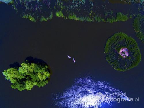 Na zdjęciu można zobaczyć dwa kajaki oraz rowerek wodny.