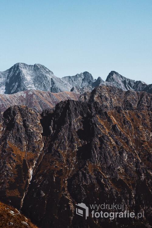 Widok z jednej z Tatrzańskich szlaków. Pogoda sprawiła, że można było zaobserwować niesamowite odbarwienia w zależności od zasięgu wzroku.